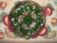 Салат з маринованих грибів з зеленим горошком