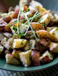 Салат з молодої картоплі, печериць і зеленого горошку