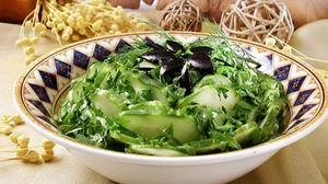 Салат з огірків з маслинами
