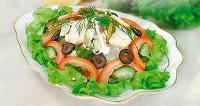Салат з осетрини з помідорами