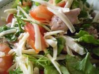 Салат з печінки тріски і помідорів