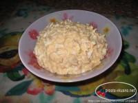 Салат з печінки тріски з яйцем і сиром