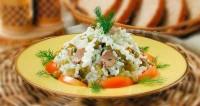 Салат з печінки тріски з рисом та яйцями