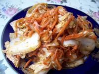 Салат з пекінської капусти, копченої риби та цибулі