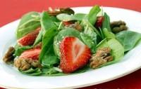 Салат зі шпинату з горішками і полуницею