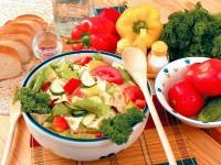 Салат зі свіжих грибів з макаронами та овочами