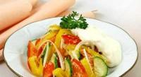 Салат зі свіжих овочів з панірувальними сухарями