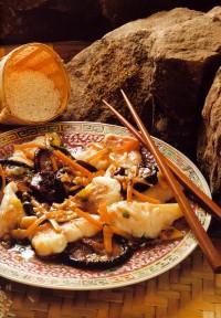 Салат з тріски або морського окуня гарячого копчення