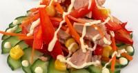 Салат з тунця з помідорами і банан