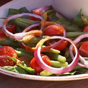 Салат із зеленої стручкової квасолі і помідорів під соусом з смажених помідорів