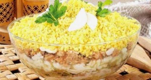 Салат новорічний з кальмаром, індичкою та огірком