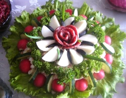 Салат новорічний з ковбасою «Райський квітка»