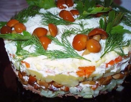Салат новорічний з телятиною та опеньками