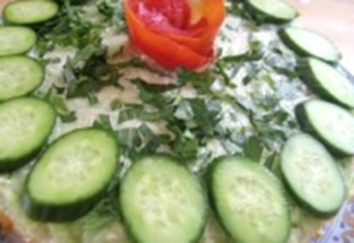 Салат новорічний зі шпротами і огірками