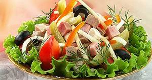 Салат овочевий з м'ясним асорті