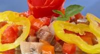 Салат «Пікантний» з оселедцем і помідорами