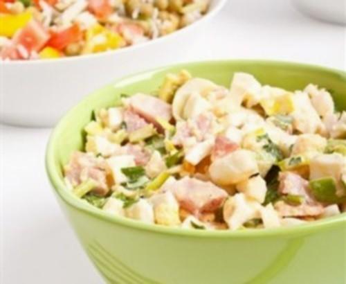 Салат по-американськи з яйцями і беконом