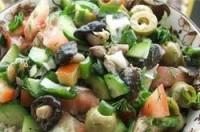 Салат пісний з грибами, оливками, огірками та помідорами