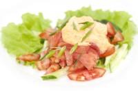 Салат пісний з копченим лососем, цибулею і помідорами