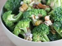 Салат з беконом, брокколі і насіннячками