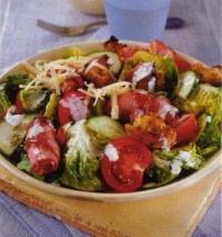 Салат з беконом і помідорами