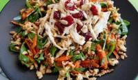 Салат з курчам, овочами і руколою