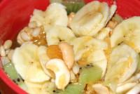 Салат з фруктами і макаронами