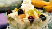 Салат з фруктами і сиром