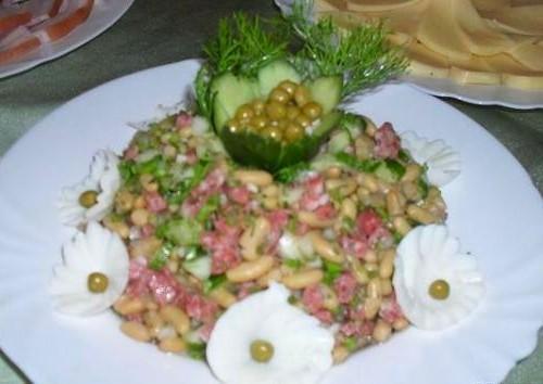 Салат з горошком, квасолею і ковбасою