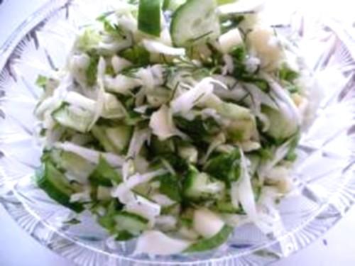 Салат з яблуком, капустою та солоним огірком