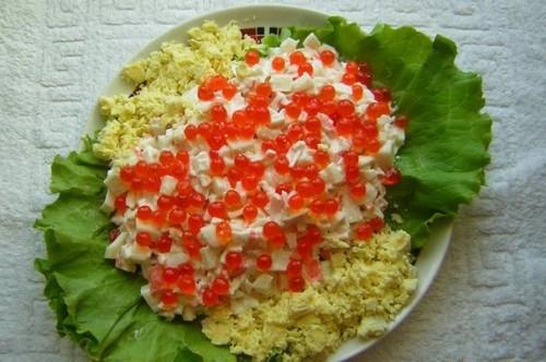 Салат з кальмарами, крабовими паличками і червоною ікрою