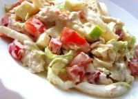 Салат з кальмарами, куркою, яблуком і пекінською капустою