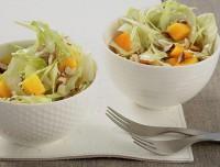 Салат з капустою, фундуком і манго