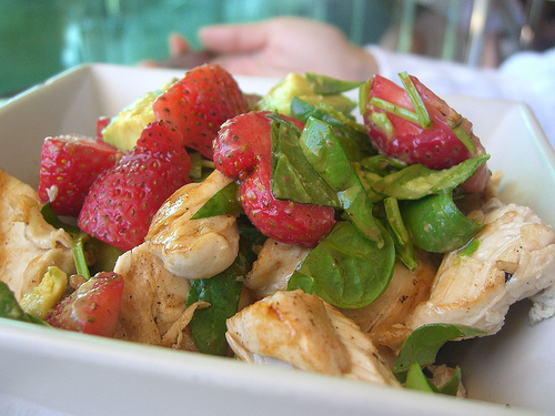 Салат з полуницею та курячою грудкою