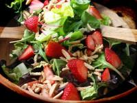 Салат з полуницею та мигдалем