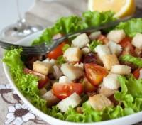 Салат з копченою скумбрією, беконом, сухариками та овочами