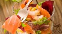 Салат з копченим лососем і горіхами