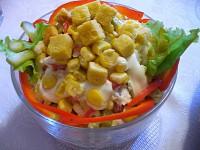 Салат з крабовими паличками, овочами та сухариками