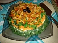 Салат з креветками, грибами з хлібцями
