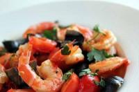 Салат з креветками, маслинами і помідорами
