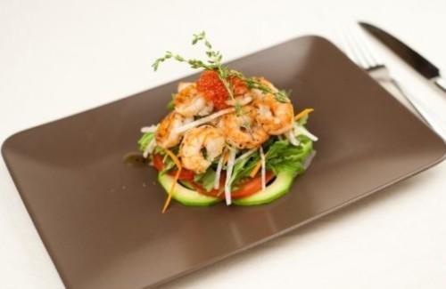 Салат з креветками, овочами і авокадо