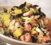Салат з креветками, рисом, мигдалем і манго