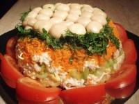 Салат з кукурудзою, грибами і огірками