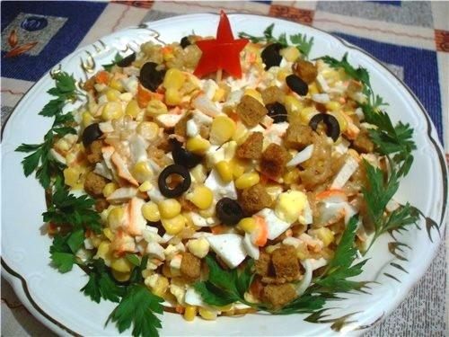 Салат з кукурудзою, ковбасками і крабовими паличками