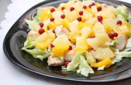 Салат з куркою і ананасами - вишукано, смачно і легко