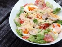 Салат з куркою, яйцем, сиром і овочами