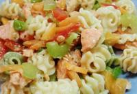 Салат з макаронами, овочами і червоною рибою