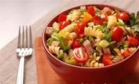 Салат з макаронами, шинкою, сиром і овочами по-італійськи