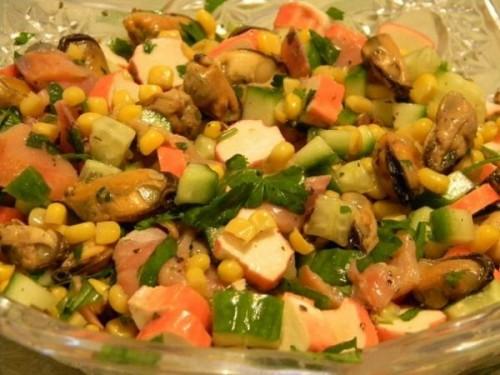 Салат з мідіями, крабовими паличками і горбушею