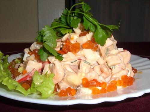 Салат з морепродуктами, ананасом та ікрою
